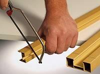 Отрезать скользящую направляющую и наличник согласно измеренному расстоянию.