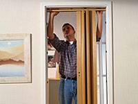 Скользящая, ударная и упорная направляющие фиксируются клипами к дверной рамке